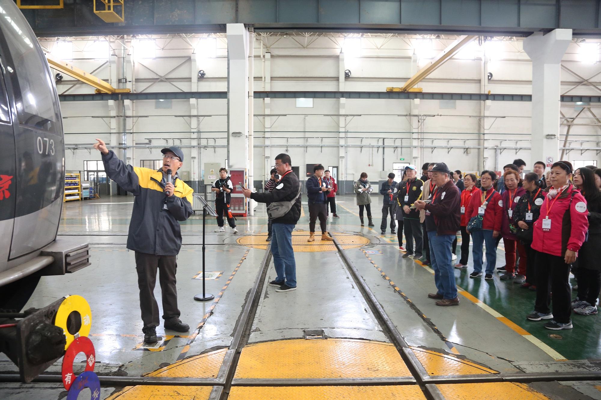 京港地铁工作人员为乘客代表讲解车辆检修工作