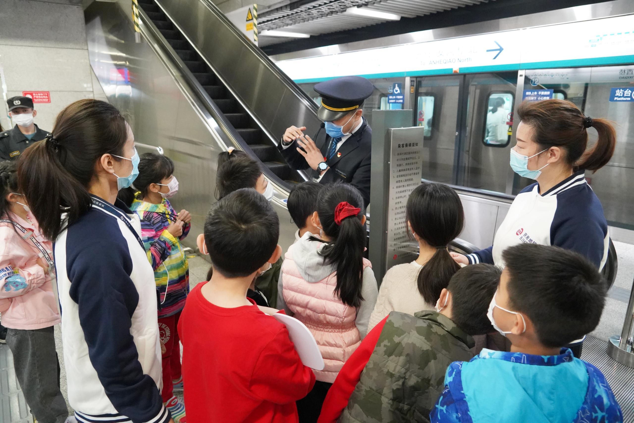 京港地铁工作人员为同学们讲解安全搭乘电扶梯的小常识